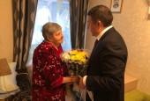 Сегодня временно исполняющий обязанности главы городского округа Истра Андрей Вихарев поздравил с 90-летним юбилеем жительницу Истры Александру Андреевну Белову.