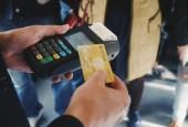 Теперь расплатиться за поездку можно бесконтактной банковской картой – приложив к мобильному терминалу, который есть у водителя или кондуктора.