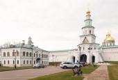Сегодня делегация из Одинцовского городского округа посетила Воскресенский Ново-иерусалимский ставропигиальный мужской монастырь и музей отечественной военной истории, расположенный в деревне Падиково.